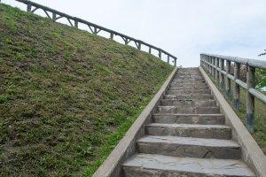 Tembok-tembok Benteng Goryokaku yang sekarang tampak menenangkan