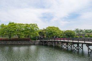 Jalur masuk Taman Goryokaku, melewati parit