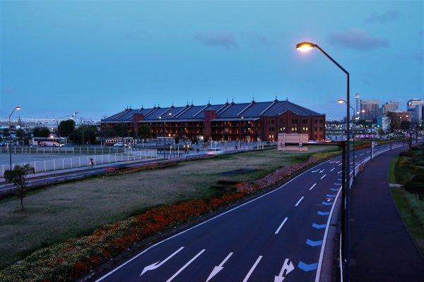 อาคารอิฐแดง หรือ อะคะ เร็นกะ โซะโคะ ในระยะไกล