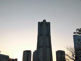 แลนด์มาร์คทาวเวอร์ (Landmark Tower) มองจากเส้นทางเดิน คิชะมิชิ (Kishamichi)  เส้นทางเดินที่ยาวประมาณ 500 เมตร เชื่อมต่อกันด้วยสะพานรถไฟเก่าๆ สามสะพาน