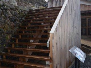 店内へは、駐車場からこの階段を上がる