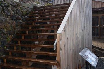 주차장에서 이 계단을 오르다