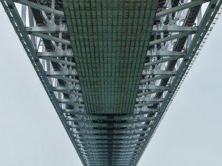 下からの眺め。橋の巨大さに圧倒される