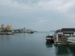 児島では、橋付近を20分ほどかけてボートで周遊するサービスを利用できる