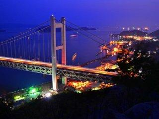 鷲羽山から見る橋の眺めは最高に美しい。混み合うことはない。