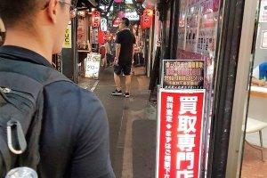 ตรอกโอะโมะอิเดะ โยะโคะโชะ เป็นแหล่งรวมร้านอาหารที่เสริฟยากิโทริ