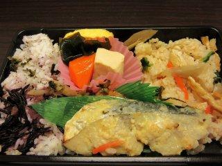 Бенто - холодный обед с рисом, рыбой, омлетом и другими продуктами