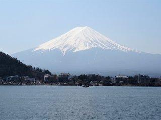 ภูเขาฟูจิ ภูเขาที่โดดเด่นและมีชื่อเสียงโด่งดังที่สุดของประเทศญี่ปุ่น
