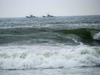 Вблизи и в пасмурную погоду океан довольно суров