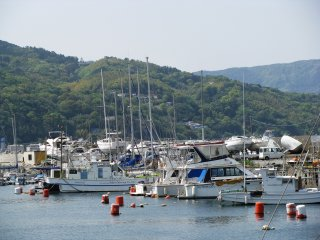 Ито - ближе к Токио, возможно часть лодок - прогулочные