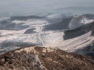 Охватывающий всю местность вид на национальный парк Асо-Кудзю