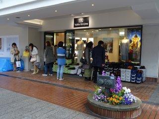 หนึ่งในร้านค้าบนถนนช้อปปิ้งโมะโตะมะชิ