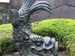 Скульптура рыбы в Имперских садах, Токио