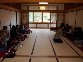 Vous pourrez vous asseoir dans de grandes tatami room ou dans des pièces privées plus petites. De petites chaises sont également proposées aux clients occidentaux qui ne souhaitent pas s'agenouiller