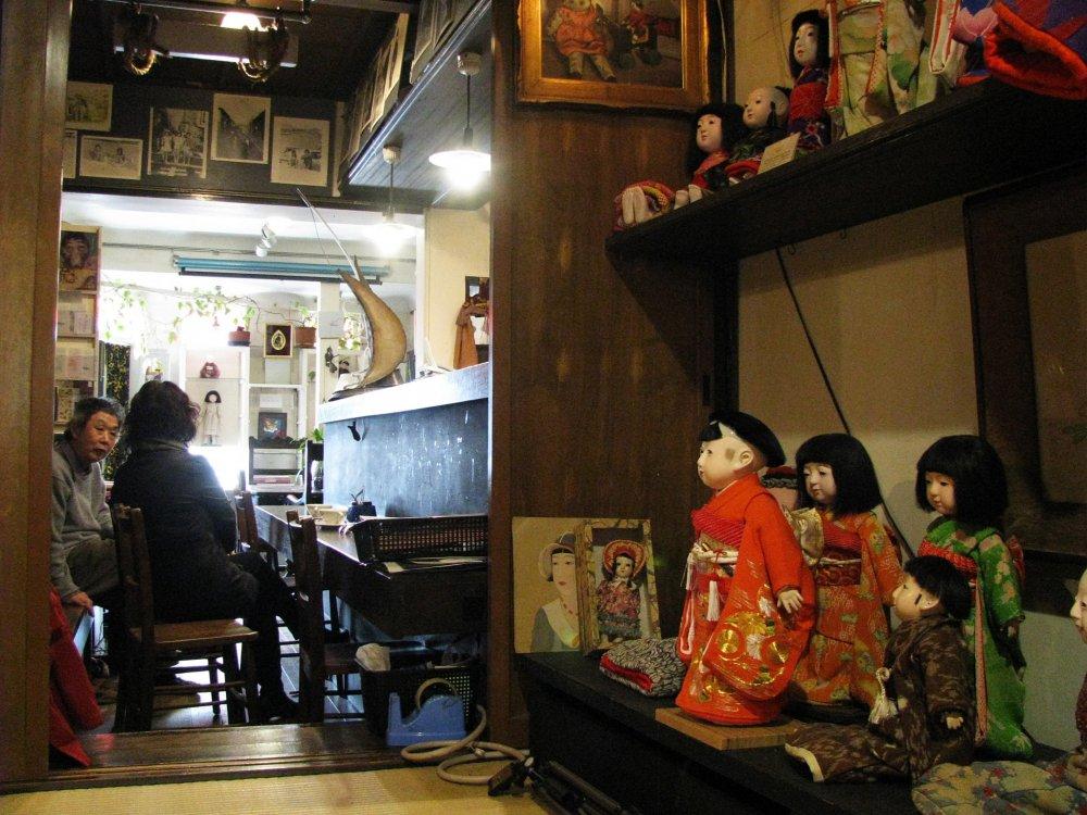 """Светлая """"гостинная"""" переходит в более тёмное помещение с коллекцией антикварных кукол"""