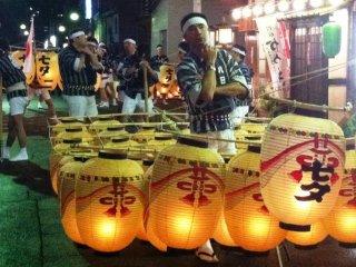 Porteur concentré pendant le Akita Kanto Matsuri