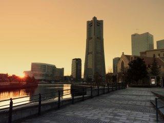 Снаружи ТЦ World Porter, как раз время заката солнца. Вдали виднеется Yokohama Landmark Tower