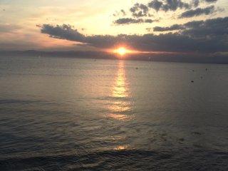 Um belo pôr-do-sol visto da ilha