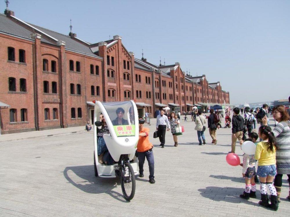 タクシーは赤レンガ倉庫の前に停まっている。