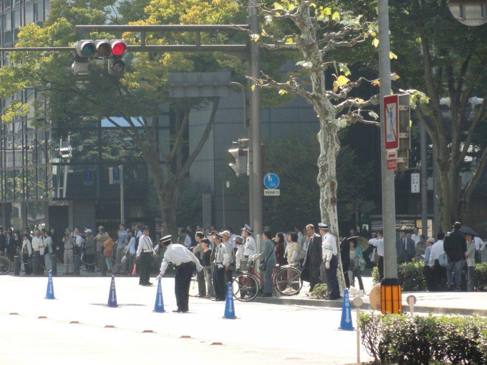 A polícia estabelece limites para o público e corta uma das vias de trânsito logo pela manhã