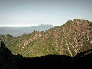 Selagi meneruskan pendakian, saya dapat melihat Gunung Ontake secara perlahan menampakkan dirinya dengan lebih jelas