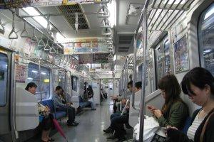 В вагоне поезда обычно тихо