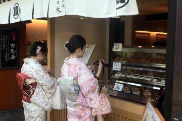 Shopping in Sannenzaka with your kimono