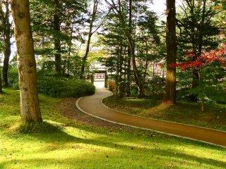 Con đường từ vườn khách sạn ra hồ