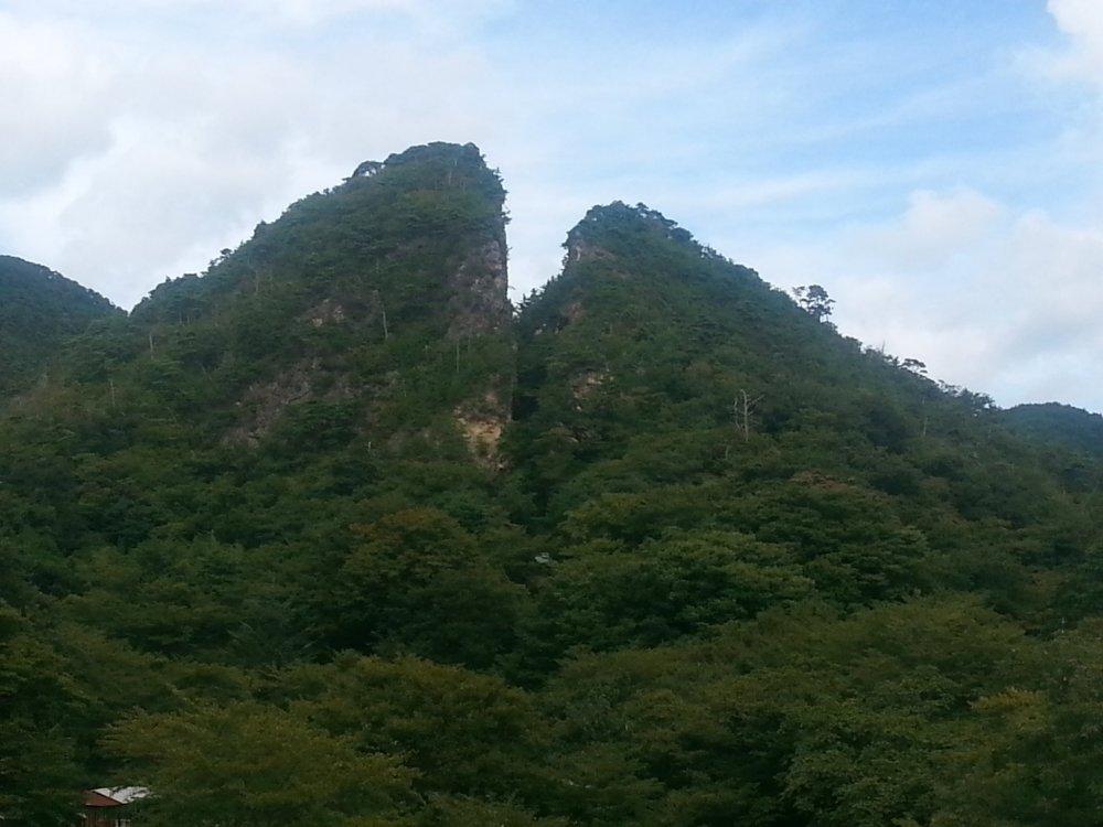Для добычи минеральных ресурсов шахтеры разрезали эту гору надвое