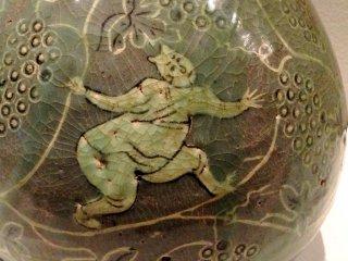 Мальчик среди виноградных виноградных лоз - роспись в романском стиле в Музее азиатской керамики Осака