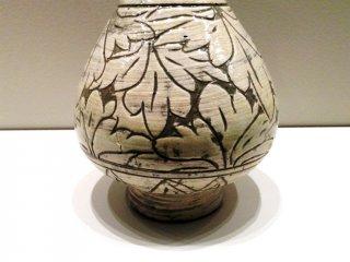 Детальное изучение листьев пиона растительный и одновременно абстрактный узор в Музее азиатской керамики Осака