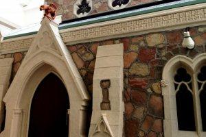 โบสถ์อังกฤษแบบดั้งเดิมพร้อมกับรางน้ำฝนรูปหัวสัตว์