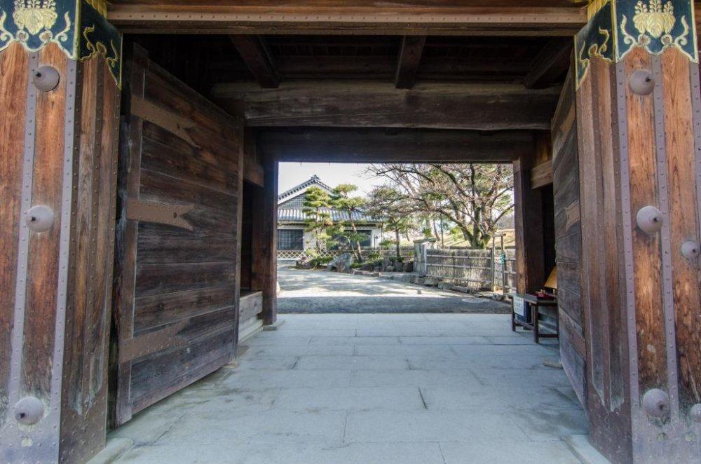 Après avoir été délesté de 600¥, pénétrez dans l'enceinte du château en franchissant cette ancienne porte