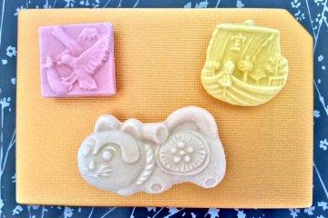 Новогодние удачные символы на сладостях именуемых ракуган