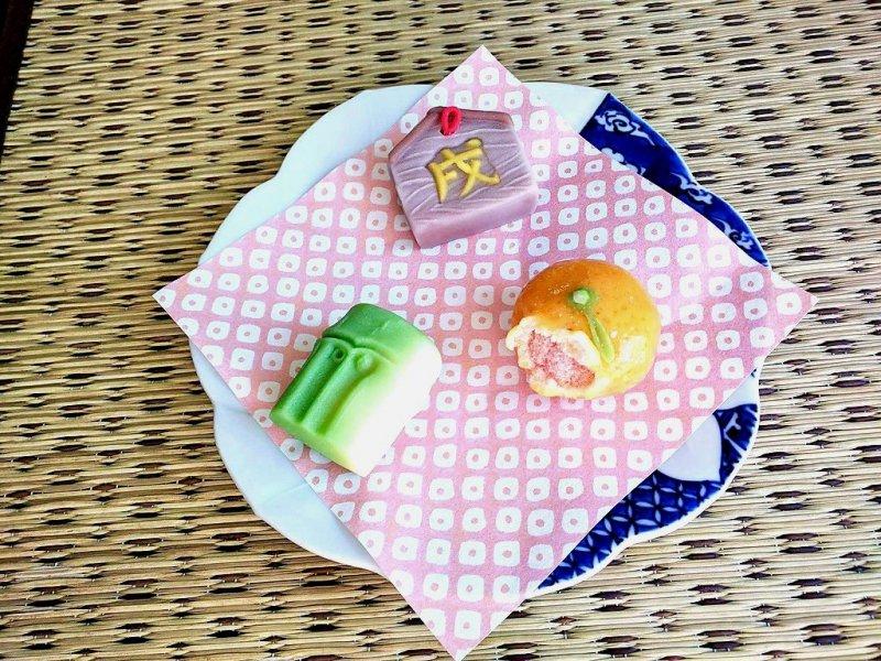 Сладости в форме апельсина, бамбука и священной свечи