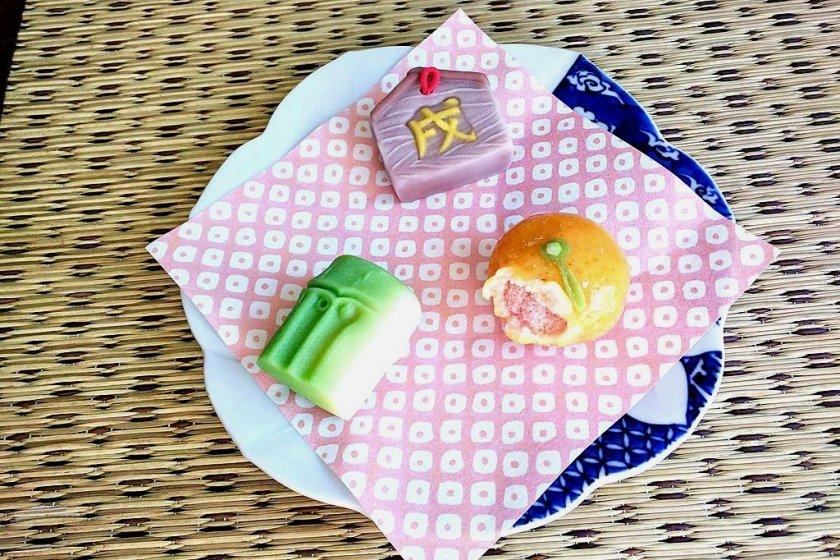 Bentuk jeruk, bambu, dan sebuah papan doa ema