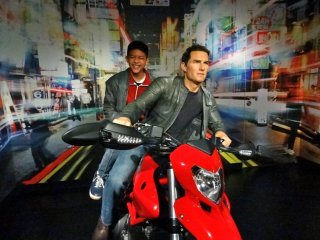 ซ้อนหลังมอเตอร์ไซด์ของ Tom Cruise บนถนนในชินจุกุ