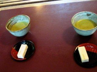 ชุดชาเขียวมัทฉะและขนมหวานเป็นของแถมที่มากับตั๋วเข้าชมโอะโคะจิ ซานโซะ