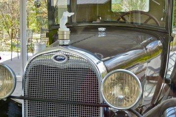 이 고전적인 차에 달린 라릭의 유리 후드 장식