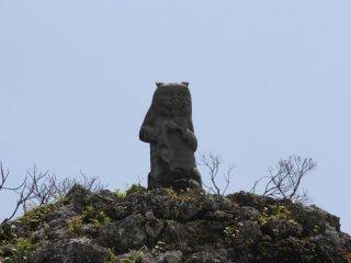 Каменный талисман на вершине Тамаудуна отгоняет от почивших злых духов