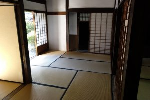 """As casas de estilo tradicional, com o chão em """"tatami"""" e as portas de correr com papel de arroz, são raras no mercado Airbnb. Contudo, nas zonas rurais, estão também disponíveis e são uma excelente forma de alojar a família e ter a experiência da arquitetura nipónica."""