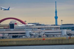Passing by Haneda Airport.  Plane taking off with Skytree in the background