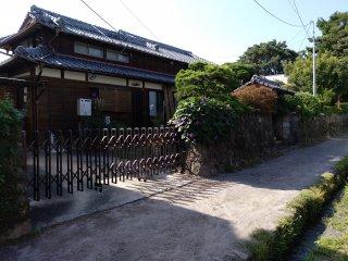 """Esta não é apenas uma """"rua-museu"""", algumas casas estão realmente habitadas e continuam a ser propriedade das famílias que eram originalmente da classe samurai (foi possível verificar isso em entrevista). Contudo, se não tem marcação para visitar, por favor não tente entrar na propriedade privada. Aprecie de fora e tire fotos à vontade."""