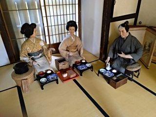 Em algumas casas poderá encontrar reconstituição de cenas domésticas, usando bonecos de grande dimensão (aproximadamente tamanho real), como é o caso desta família a almoçar