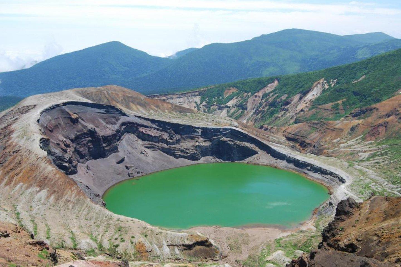 Vista do lago da cratera Okama