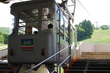 Кабинка на канатной дороге Дзао ожидает пассажиров