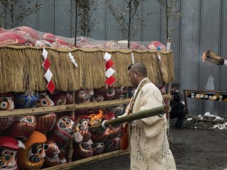 After the opening prayers, the collection of Daruma dolls are set on fire.