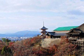Panoramic view of Kiyomizu-dera in autumn