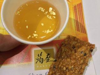 Những phiến vàng ở trong nước trà và trong bánh gạo.