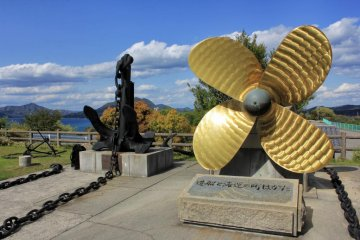 In front of the museum are two symbols of Imabari, an anchor and a propeller
